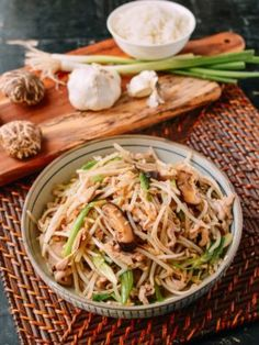 and Bean Sprouts is a classic Chinese stir-fry dish and is a refreshing, and easy-to-make stir fry made with chicken breast and crunchy bean sprouts Stir Fry Dishes, Stir Fry Recipes, Wok Recipes, Drink Recipes, Agaves, Bean Sprout Recipes, Chicken And Bean Sprouts Recipe, Chinese Stir Fry, Chinese Food