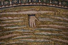Basilica di Sant'Apollinare in Classe. 540-560. TRASFIGURAZIONE. I mosaici del catino absidale del periodo giustinianeo. La mano di Dio