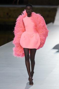 Valentino Fall Winter 2021-22 Haute Couture fashion show 'Valentino Des Ateliers' in Venezia, Italy (July 15, 2021). Valentino Couture, Fashion Show Collection, Couture Collection, Fashion News, High Fashion, Luxury Fashion, Women's Fashion, Vogue, Haute Couture Fashion