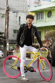 Men's leather bike jacket and white jeans, cool bike White Fashion, Leather Fashion, Look Fashion, Mens Fashion, Men's Leather, Seoul, Korea, Cycle Chic, Hommes Sexy