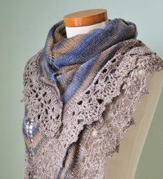 Knitted shawl with crochet lace trim E474.