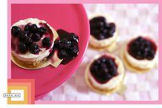 Cheesecake de Mascarpone e Mirtilos. Receita em: http://bakeme.com.br/blog/cheesecake-de-queijo-mascarpone-com-calda-de-mirtilos/