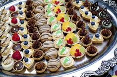 Make Food Look Appealing: Creative Food Presentation Ideas Party Trays, Party Platters, Party Buffet, Snacks Für Party, Colorful Desserts, Mini Desserts, Churros, Profiteroles, Donut Recipes