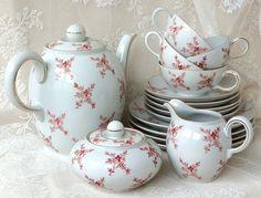 zauberhaftes Teeservice, weißes Porzellan mit feinem Blütendekor und Goldrand. Alle Teile sehr gut erhalten.  Porzellan: Bayer&Bock, Volkstedt   1 Teekanne, Fassungsvermögen ca. 1 3/4 L 4...