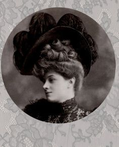 """L'extrême féminité de l'élégante parisienne 1905. Tout concours à son charme, la masse de cheveux (souvent faite de postiches), l'énorme chapeau """"Louis XVI"""" qui lui fait le visage tout petit, la dentelle noire pour le petit coté mystérieux. Chapeau de Madame Robert Gélot - Photographie Boisonnas et Taponier Les Modes Mai 1905"""