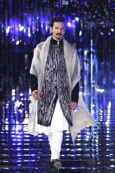 Manish Malhotra at India Couture Week 2017 Indian Men Fashion, Royal Fashion, Men's Fashion, Ethnic Fashion, Lakme Fashion Week 2017, Indian Groom Dress, Sangeet Outfit, Manish Malhotra, Vogue India