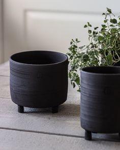 Jag har bestämt mig för att ha Våröppet utanför verkstan torsdag&fredag 21-22.5 kl 12-15 i Sollentuna! Kommer finnas stort och smått. Bland annat dess små krukor att fylla med grönväxter, örter, sommarblommor... Välkommen! Torsdag, Petra, Planter Pots, Ceramics, Handmade, Ceramica, Pottery, Hand Made, Ceramic Art