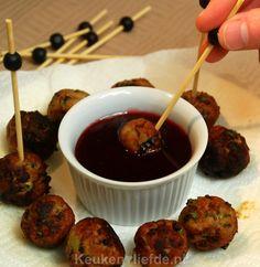 Heb je binnenkort een feestje en wil je iets anders op tafel zetten dan de geijkte blokjes kaas of bitterballen? Maak dan eens deze heerlijke kipballetjes!