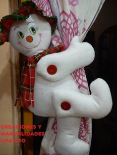 cortinero nieve Snowman Crafts, Felt Crafts, Holiday Crafts, Holiday Decor, Christmas Snowman, Christmas Time, Christmas Ornaments, Christmas Chair Covers, Homemade Christmas Decorations