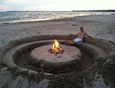 Get a group to help and create this amazing sand sitting circle with firepit for your next beach party! @TheDailyBasics :hearts::hearts::hearts: