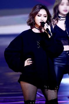 Wow Hwasa is rocking this dark look ♡