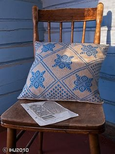 From mitten pattern to cushion cover