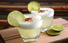 The maracuyá sour is a delicious variation of the famous pisco sour cocktail. It's made with passion fruit juice instead of lime juice. Peanut Butter Pretzel, Empanada, Sour Cocktail, Cocktail Recipes, Recette Pisco Sour, Mojito, Peruvian Pisco, Peruvian Dishes, Drink Recipes