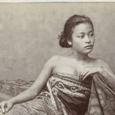 28 Beautiful Images Of Batik In Indonesian History Indonesian Women, Indonesian Art, Vintage Photographs, Vintage Photos, Dutch East Indies, Bali, History Photos, Historical Pictures, World Cultures