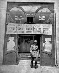 Μπροστά στα ΛΟΥΤΡΑ ΤΗΣ ΥΓΕΙΑΣ ΜΠΟΤΤΟΝ το 1916