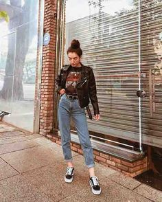 Look com calça mom jeans, tshirt de banda, jaqueta de couro e vans old skool [looks femininos] [moda feminina] [look com calça jeans] [mom jeans] Outfit Jeans, Outfit Chic, Leather Jacket Outfits, Jacket Jeans, Vans Old Skool Outfit, Vans Outfit, Pants, Mode Outfits, Grunge Outfits