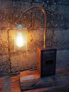 Articulo L1008. Lámpara sobre tirante de pinotea de 8 cm x 15cm, caja eléctrica de metal con timer (made in USA), cañería de cobre yprotector de malla. Medidas 15 cm de ancho x 56 cm de alto x 28 cm de largo. Lámpara Multifilamento de carbono Antique Edison incluida.https://www.facebook.com/industrialyrecupero/