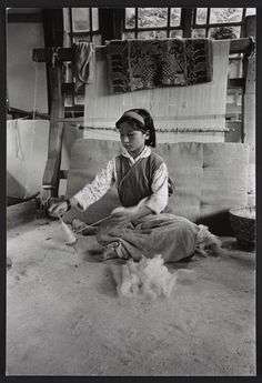 [Girl sitting in front of loom, spinning fiber with a hand spindle, Sikkim]  Creator(s): Kandell, Alice S., photographer  Date Created/Published: [between 1965 and 1971]  Medium: 1 photographic print : gelatin silver.  Reproduction Number: LC-DIG-ppmsca-30929