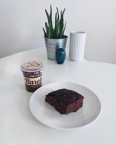 Opskrift på protein brownie ca 400 kcal i hele kage • anbefales at toppe med saltedcaramel zerotopping fra @bodylab 😍 #fitfamdk #dk #brownies #protein #bodylabdk #bodyman #karamell #brownies