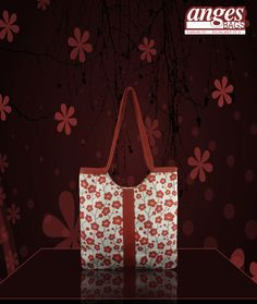 A floral tote to sport with a white linen shirt and a denim shorts.