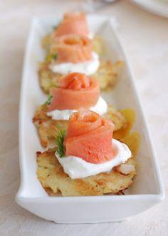 Картофельные оладьи со сметаной и копчёным лососем (картофель отварной на мелкой терке и столько же лука на мелкой терке)