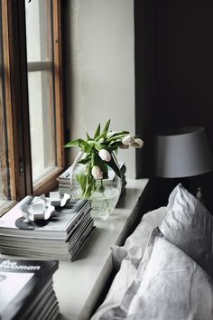 A Saturday dream: Fresh flowers, a cozy bed and stacks upon stacks of magazines!