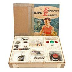 """Lote: 450 Brinquedos antigosAntigo Brinquedo: """"Philips - Engenheiro Eletrônico"""". Brinquedo dos anos 1960. Caixa original, cortada e colada com fita. Componentes faltando."""