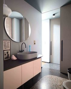 This colorful apartment of is located in Turin and after having been writing about the Terrazzo Trend, we want to share another great find. Home Interior, Bathroom Interior, Modern Interior, Interior Design, Bathroom Pink, Bathroom Stuff, Apartment Interior, Bathroom Sets, Modern Decor