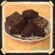 Brownies alla canapa  Ingredienti per una teglia di 20 cm per lato: 250 ml di latte di riso autoprodotto 1 cucchiaino di vaniglia raw 1 cucchiaino di Maca 1 cucchiaino di sale dell'Himalaya 50 gr di farina di ceci 100 gr di okara di riso integrale (potete sostituire con 50 gr di farina di riso) 100 gr di farina di canapa bio 100 gr di zucchero mascobado 90 gr di olio di cocco (sostituibile con 100 gr di olio di semi di girasole) 50 grammi di cacao amaro semi di canapa decorticati ca