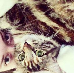 Kat Dennings and her CAT! 2 Broke Girls on CBS.