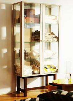Mobile con anta a vetro STOCKHOLM beige con gambe in frassino massiccio.