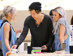 Harry at the apple store << he should do an apple store dance to his own song lol
