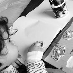 #Mami trabajando y día de #lluvia. No queda otra que... ¡creatividad a tope! Ya hemos visto la #patrullacanina, #cantado, #bailado, jugado con #plastilina, leído dos #cuentos, ordenado el cuarto y ahora toca #dibujar..¡Y solo son las 12:30!..La verdad, hay que montar todo un plan estratégico para estos casos 😂😂 ojo: yo encantado!!! #ilovecarlota #Momentazo #padreehija #familia