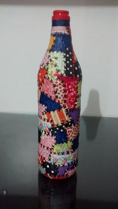 GARRAFA DECORADA COM TECIDO                                                                                                                                                                                 Mais Wine Bottle Crafts, Bottle Art, Bottles And Jars, Mason Jars, Acorn Decorations, Bottle Decorations, Decopage, Crafts For Kids, Arts And Crafts