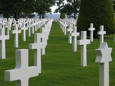 'Een grasveld, een strak gladgemaaid grasveld met allemaal witte kruizen, zoals in normandië waar de soldaten lagen'  blz.70