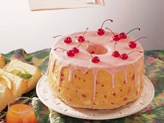 Low-Fat Cherry-Almond Angel Cake Make a very cherry angel food cake complete with cherry glaze. The hardest part will be deciding who gets a slice with a cherry on top. Angel Cake, Angel Food Cake Glaze, Köstliche Desserts, Delicious Desserts, Diabetic Desserts, Healthier Desserts, Yummy Snacks, Pineapple Angel Food, Cherry Cake