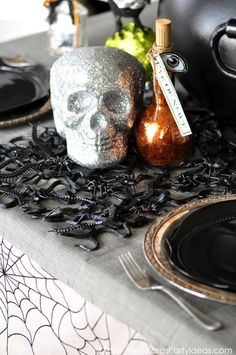 Awesome DIY Snake & Insect Table Runner Tutorial! Creepy for Halloween! Charger and other halloween decor, too! Via Kara Allen | KarasPartyIdeas.com #halloweenpartyideas