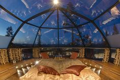 Hotel Kakslauttanen in Finland has paranomic view of night sky [600x300]