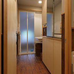 鏡扉のある洗面所収納を設けたのは昭和ガラスの家の洗面所 . リノベーション前の住まいは湿気が多くカビが発生しやすかったので洗面所自体の風通しを良くするために浴室に近い位置に風の入り口窓を設けました . また洗面台の並びにタオルや下着のストックができる天井までの高さの壁面収納を設けました その壁面収納の上部を鏡の扉にすることで風通しと収納力と鏡の機能を満たしています 壁を漆喰にした効果も合わせ家の空気がジメジメすることはなくなったそうです