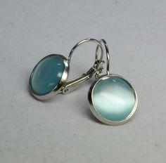 """Diese wunderschönen Ohrringe bestehen aus selbstgemachten Perlenschmuck, bei dem Brisuren mit wundervollen hellblauen """"Cat Eyes Cabochons"""" verarbeitet wurden."""