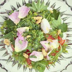 Voiko Ristinummen ruusua syödä? Mä söin  innostuin @jounitoivanen villiyrttibrunssin salaatista ja tein oman. #ristinummenruusut #poimulehti #voikukka #villiyrtti #villiyrttisalaatti #ruusu #hortoilu #ruokaaluonnosta #ruokaaomastamaasta