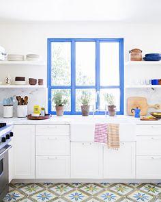 Bright Blue/Purple Picture Window, Kitchen  La maison d'Heather Taylor à West Hollywood || Brittany Ambridge portfolio