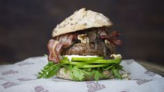 Hamburger med karamellisert løk og bacon | Gilde Pulled Pork, Hamburger, Bacon, Beef, Burgers, Ethnic Recipes, Food, Pizza, Meat