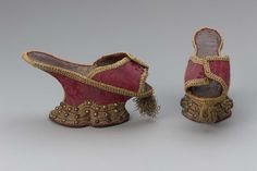 1700, Italy - Pair of chopines - Silk damask with silk embroidery, silk and gilt-silvered galloon, silk and gilt-silver tassel, brass, stamped leather, leather and wood