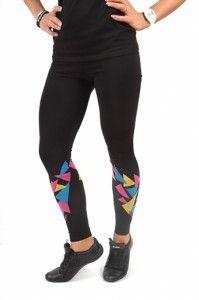 Leggings - Graffiti black  Træningsbukser er ikke længere blot træningsbukser - de skal også have et modemæssigt aspekt, og det er der ingen tvivl om at disse Graffiti leggings har. De har et smukt mønster omkring skinnebenet, mens de også er produceret af solide og kvalitetsrigtige materialer.