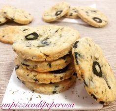 I biscotti salati alle olive sono dei deliziosi stuzzichini ideali per aperitivo.E' una ricetta molto semplice da realizzare .