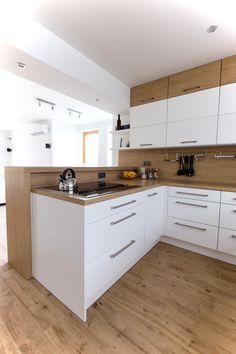 Bílá kuchyně s americkou lednicí Simple Kitchen Design, Kitchen Room Design, Kitchen Cabinet Design, Interior Design Kitchen, Kitchen Decor, Kitchen Cabinets, Open Plan Kitchen Living Room, Modern Kitchen Interiors, Cuisines Design