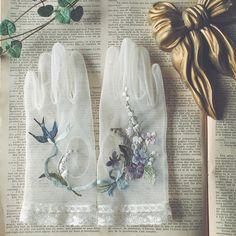もうすぐ結婚式を挙げられる花嫁さまからのオーダーで、 花嫁さまのウエディンググローブと 新郎さまの蝶ネクタイを作らせていただきました。 グローブは初挑戦! 刺繍を入れてから手袋の形に縫製しました。 一つの小物の中に、花嫁さんのこだわりをいっぱい詰め込んでいます。 グローブを作るという発想は自分には無かった… うかがったイメージを形にするのは大変だけどやはり楽しい作業です。 ウエディングのお仕事はいつも自分の枠を超えるきっかけを頂いていると思います。