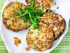 Kesäkurpitsa-halloumi pihvit Good Food, Yummy Food, Tasty, Healthy Cooking, Cooking Recipes, Healthy Food, Vegetarian Recipes, Healthy Recipes, Fodmap Recipes