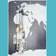 Inspiração para quem curte viajar! Um mapa mundi + tachinhas + fotos das suas viagens. A brincadeira é planejar novas viagens e deixar o quadro repleto de fotos dos lugares que conheceu! Quem aí também é apaixonada por viagens?? #viagem #fotos #férias